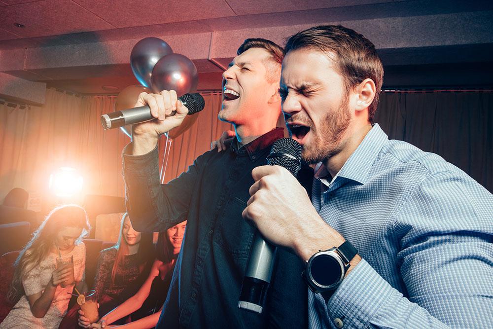 Karaoke er en morsom og engasjerende selskapsaktivitet